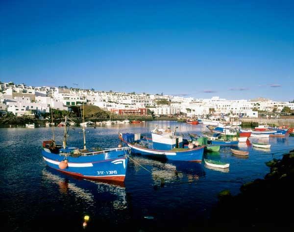 barcos-pesqueros-amarrados-en-puerto-del-carmen-lanzarote-espana_galeria_principal_size2